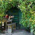 Le banc de la cabane au conservatoire d'Ilex de Meung-sur-Loire