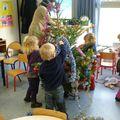 Les petits décorent le sapin.