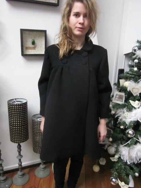 Manteau EDITH en lainage noir - double boutonnage, col claudine, manches trois quart - doublure de satin assortie - boutons recouverts dans le même tissu - taille 34 (13)