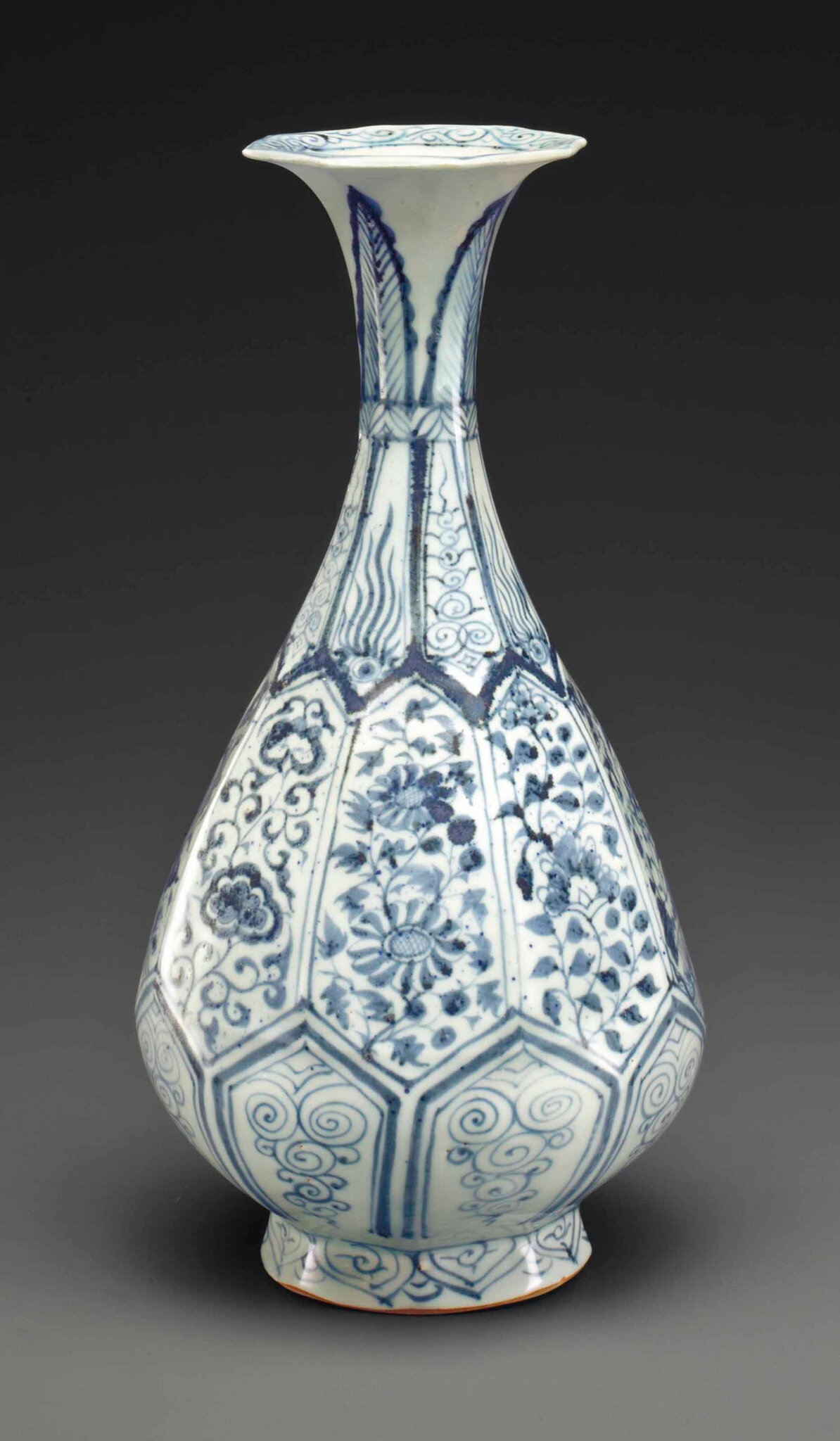 very rare blue and white faceted bottle vase, yuhuchunping, Yuan dynasty (1279-1368)