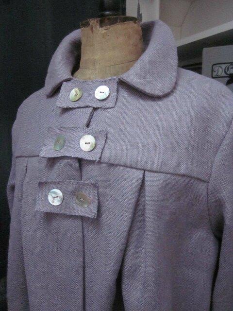 Manteau AGLAE en lin épais parme surané fermé par 3 pattes de boutonnages et quelques boutons de nacre (3)