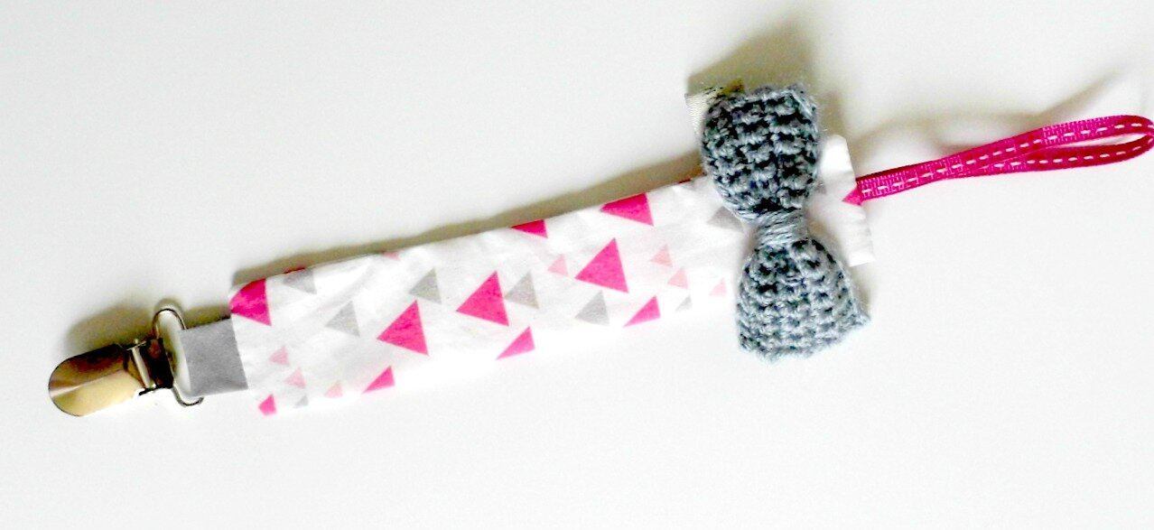 Attache tétine triangles fuchsia argent et gris noeud en crochet