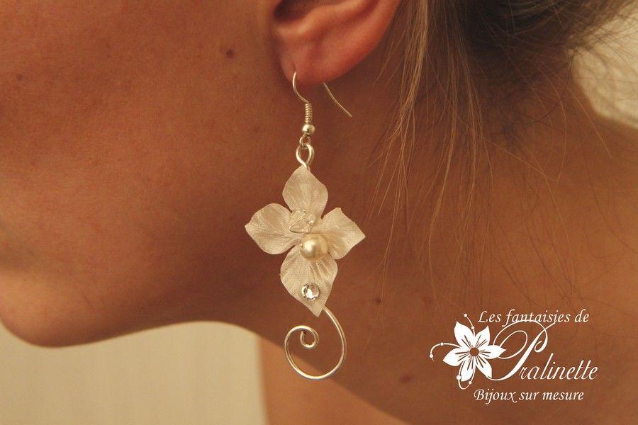 boucles-d-oreilles-de-mariees-fleurs-en-satin-et-arabesques-ciara