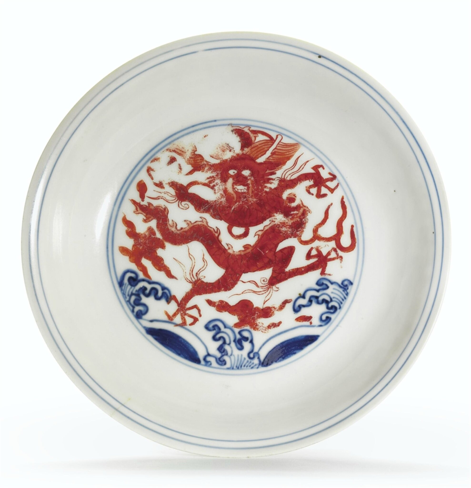 iron-red-decorated blue and white 'dragon' dish, Wanli six-character mark in underglaze blue within a double circle and of the period (1573-1619)