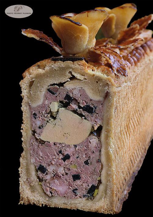 PATE_EN_CROUTE_au_foie_gras_et-aux_truffes_coupe_par_Francoise_Bonnefous