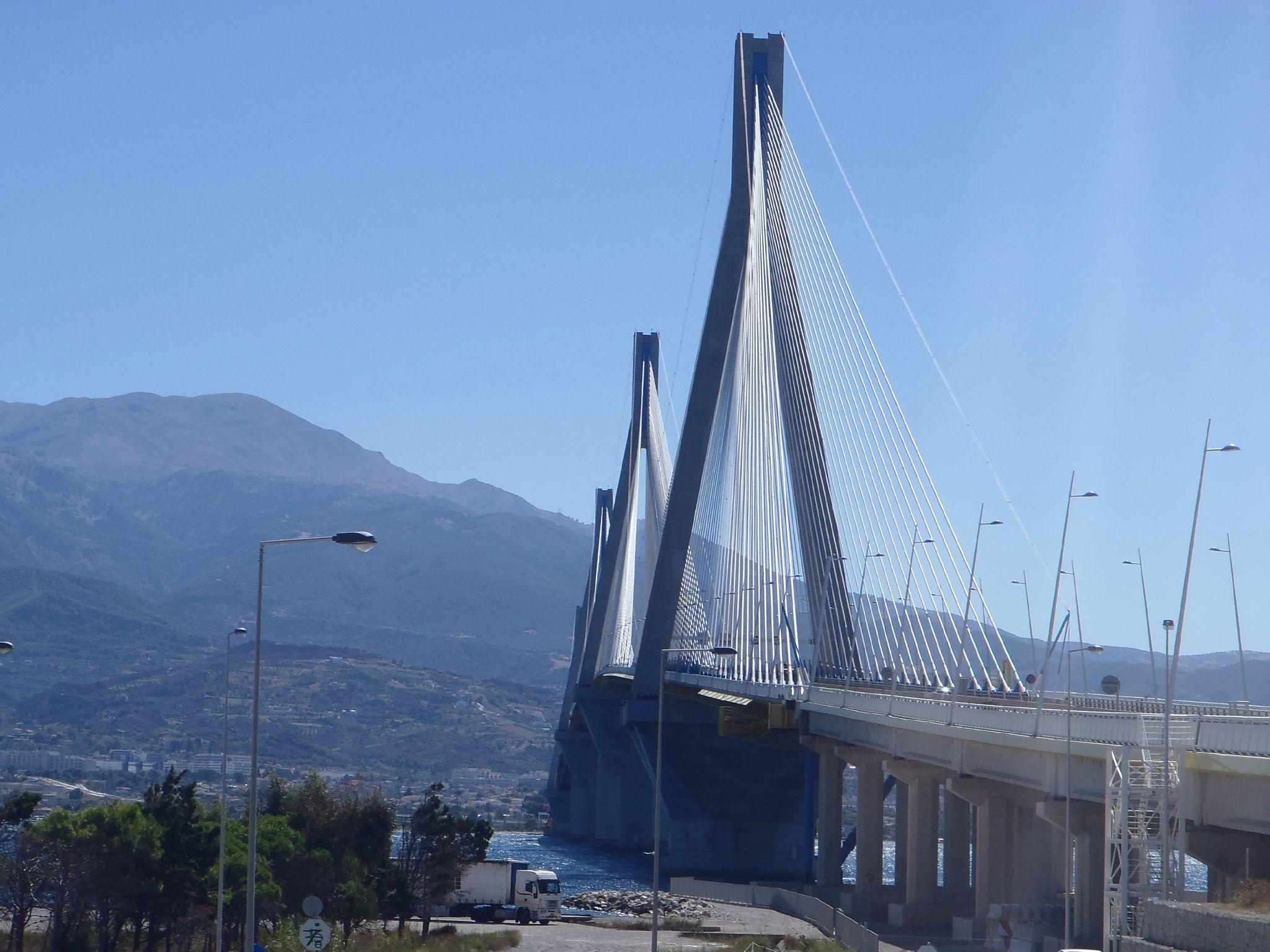 grece pont rion antirion les piliers se dressent tendant l'étoile d'acier