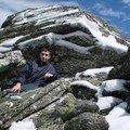 2008 04 14 Cyril sous une pierre enneigé au Pic du Lizieux