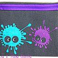 trousse peinte avec taches monstres violette et turquoise