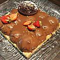 Entremet fraises et pralin , insert fraise ,nappage chocolat miel.