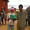 Amparafara (mai 2014) - Deux collégiens avec un dictionnaire qui passera de mains en mains