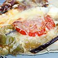 Pizza aux aubergines grillées, tomates, chèvre et chorizo