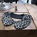 Col amovible fourrure rase imprimé léopard