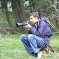 2009 05 01 Cyril assie sur une pierre qui observe les chèvres pour les prendre en photo