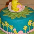 Printemps : abeille, escargots et fleurs, gâteau au chocolat fourré crème praliné