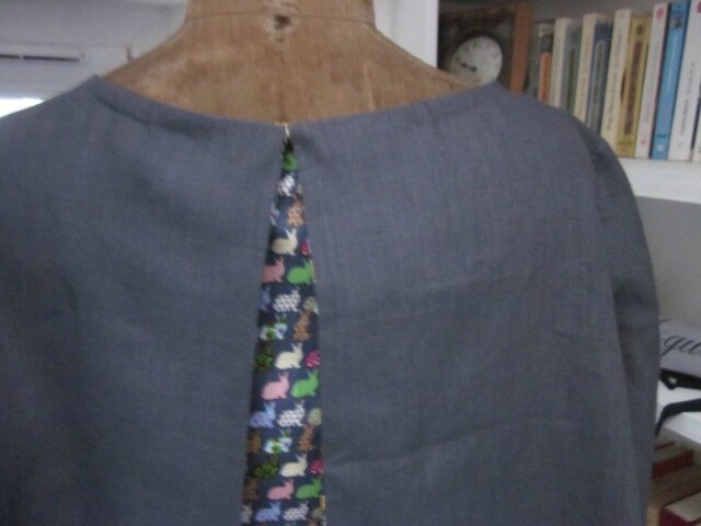 Robe ODETTE en lin gris et plis creux dos en coton gris impimé lapins multicolore taille 56 (10)