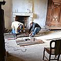 ébéniste restaurateur et tailleur de pierre en architecture englobe toutes les interventions et tous les traitements servant à rétablir un état historique donné et, par là, à améliorer la lisibilité et l'intégrité esthétique d'un objet ou d'un bâtiment o