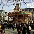 Manifestation festive sur la place de l'Hôtel de Ville.