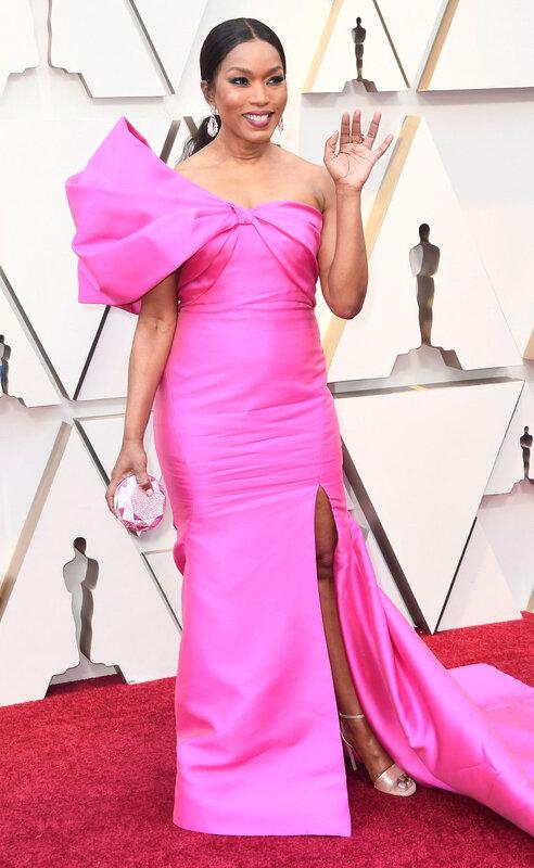 Angela Bassett en une robe de soirée fuchsia fendue aux Oscars 2019