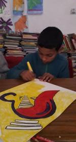 Mouad arrive à la fin de son dessin
