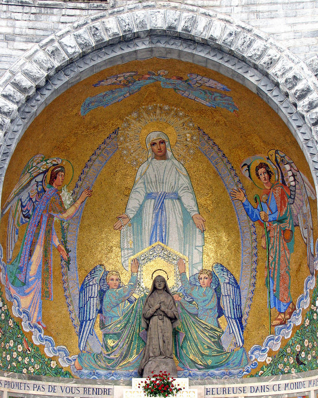 Lourdes, esplanade du Rosaire, l'autel de Sainte Bernadette