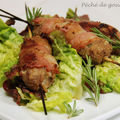 Brochettes de kebabs d'agneau en habit de lard