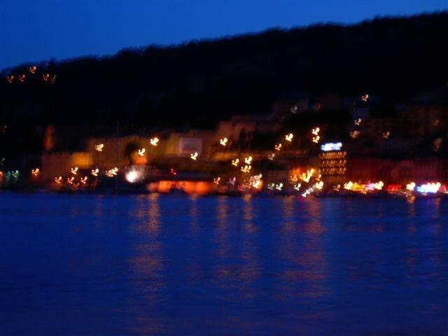 Une jolie baie, la nuit. Très célèbre, elle est ici méconnaissable, mais encore pleine de poésie.