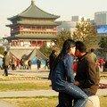 Jeune couple devant la tour de la Cloche