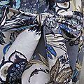 Ciré AGLAE en coton enduit fleuri bleu sur fond gris fermé par un noeud dasn le même tissu (3)