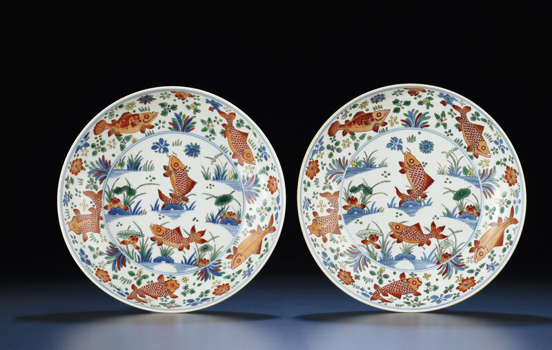 2011_HGK_02861_3568_000(a_rare_pair_of_finely_painted_wucai_fish_dishes_kangxi_period)