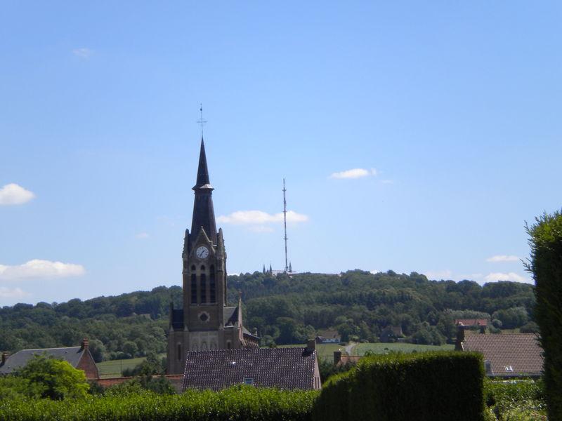 Vue superbe de l'église et du mont des cats juillet 2010