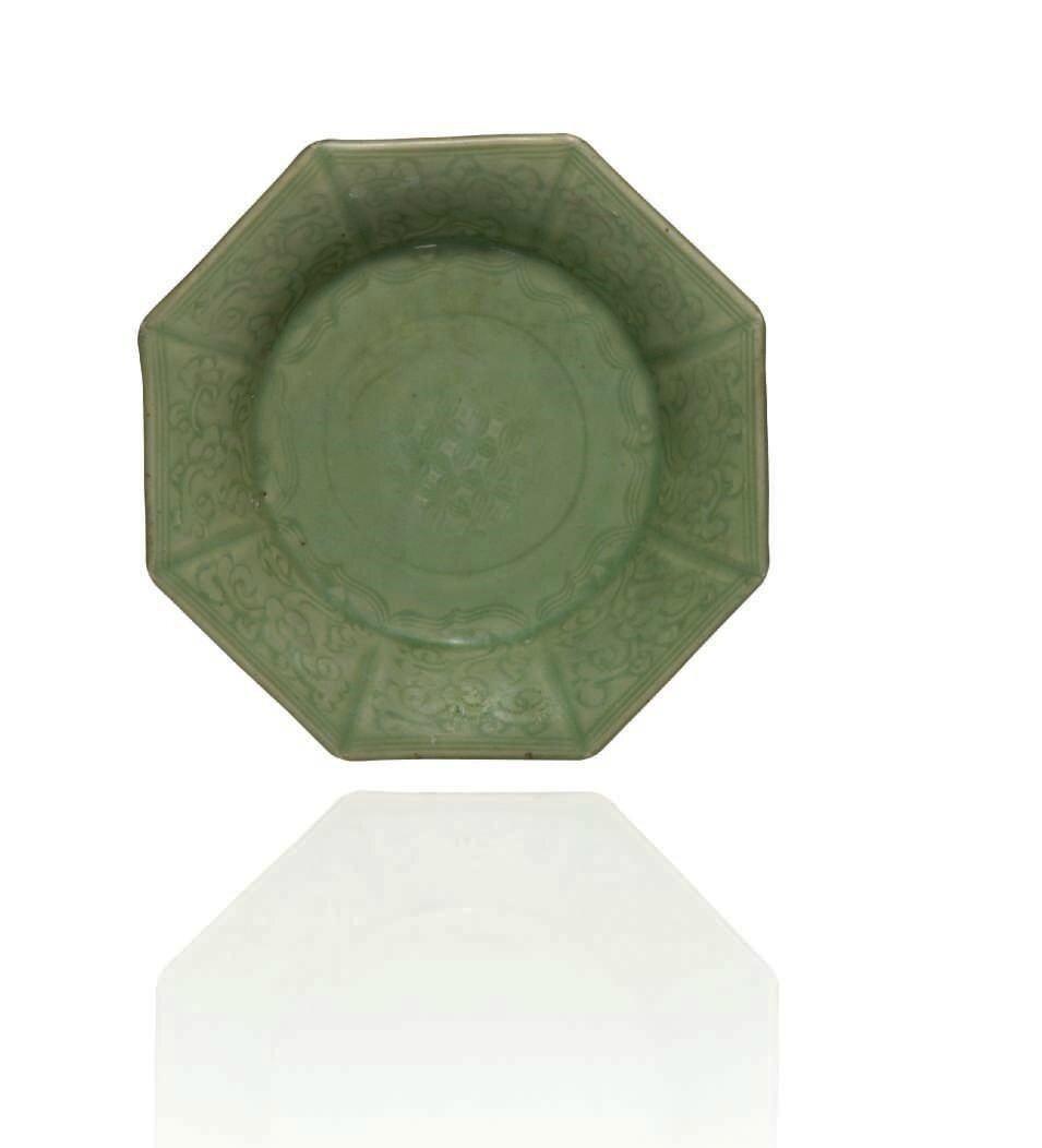 Plat octogonal en porcelaine émaillée céladon, Chine, Dynastie Yuan-Ming, XIIIème-XIVème siècle