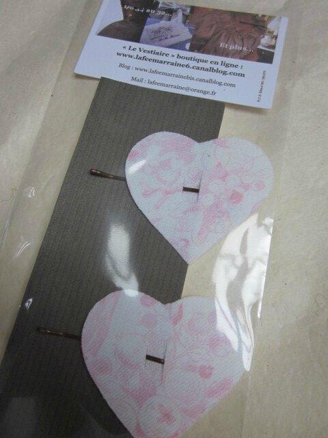 Carte de deux pinces à cheveux coeur imprimé fruits rose layette sur fond blenc