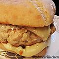 Le burger de poulet, fromage à raclette et sauce crémeuse au vin blanc