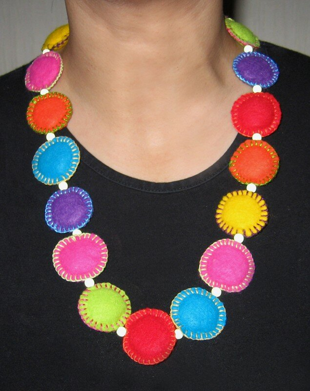 Collier multicolore en feutrine