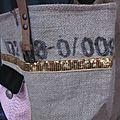 Sac FELICIE n°29 à partie d'un ancien sac de café et simili cuir noir -étoile cuir rose, bande de paillettes or, poche en simili python rose - anciennes sangles militaire en cuir (8)