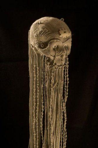Jim F. Faure (Né en 1959) Crâne en papier mâché recouvert de ficelles en fibres végétales