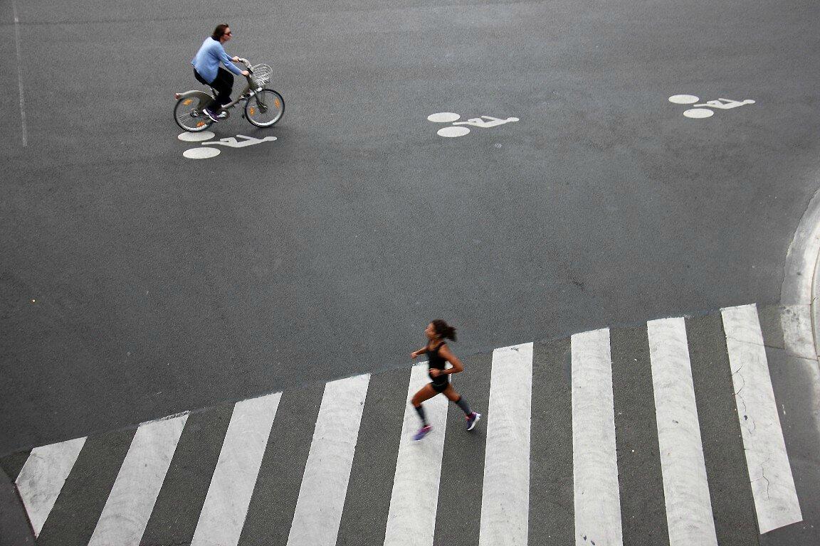 vélo, joggeuse, passage piétons_6318