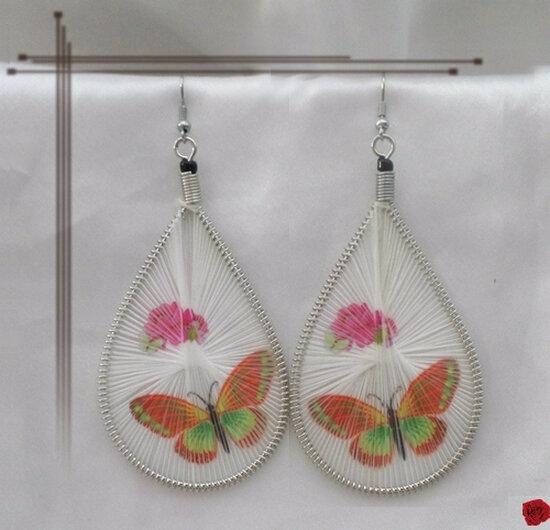 Boucles d'Oreilles Motif Papillon Fleur Sur Fil Tissé Blanc Métal Argenté