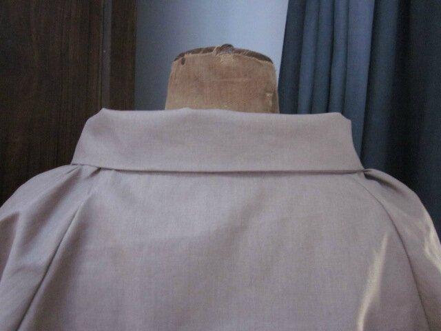 Veste en lin enduit mastic froncée sous un large col, manches trois quart raglan