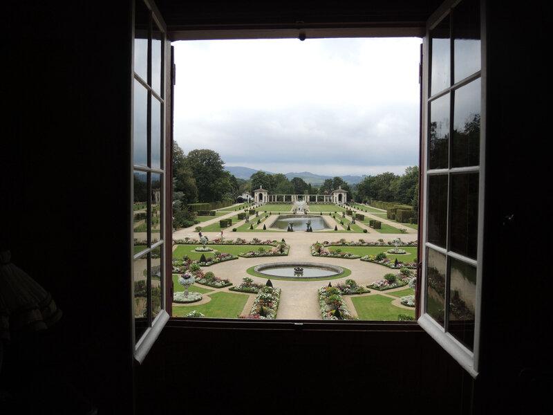 Cambo-les-Bains, Villa Arnaga, garde-robe de Rosemonde, vue sur le jardin (64)