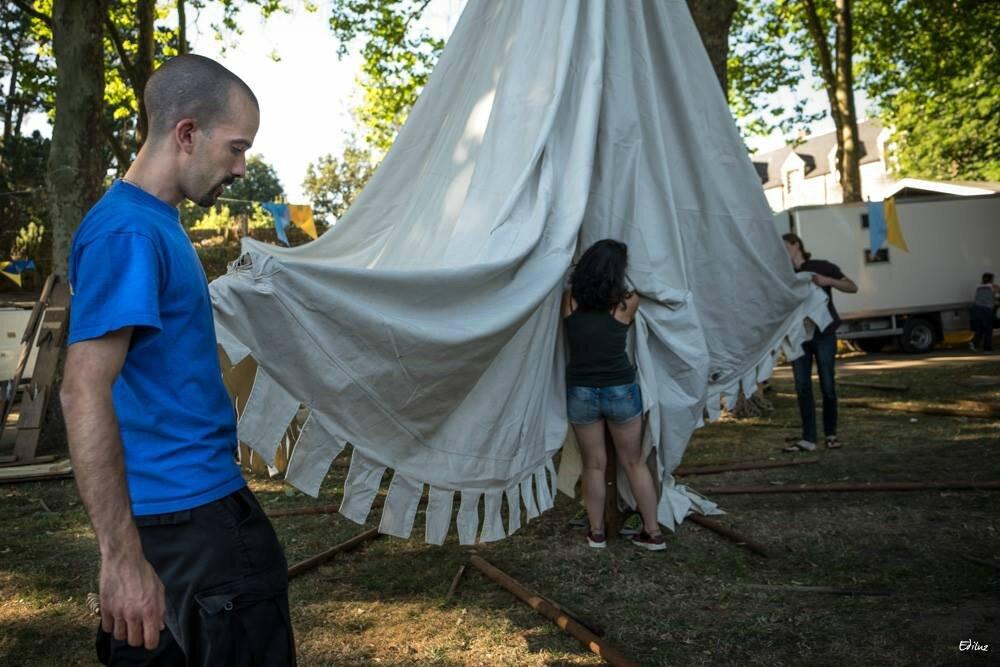 Montage des tentes de la Maisnie de Kistreberh.
