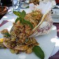 Taverne crètoise avec riz crétois dans coquillage