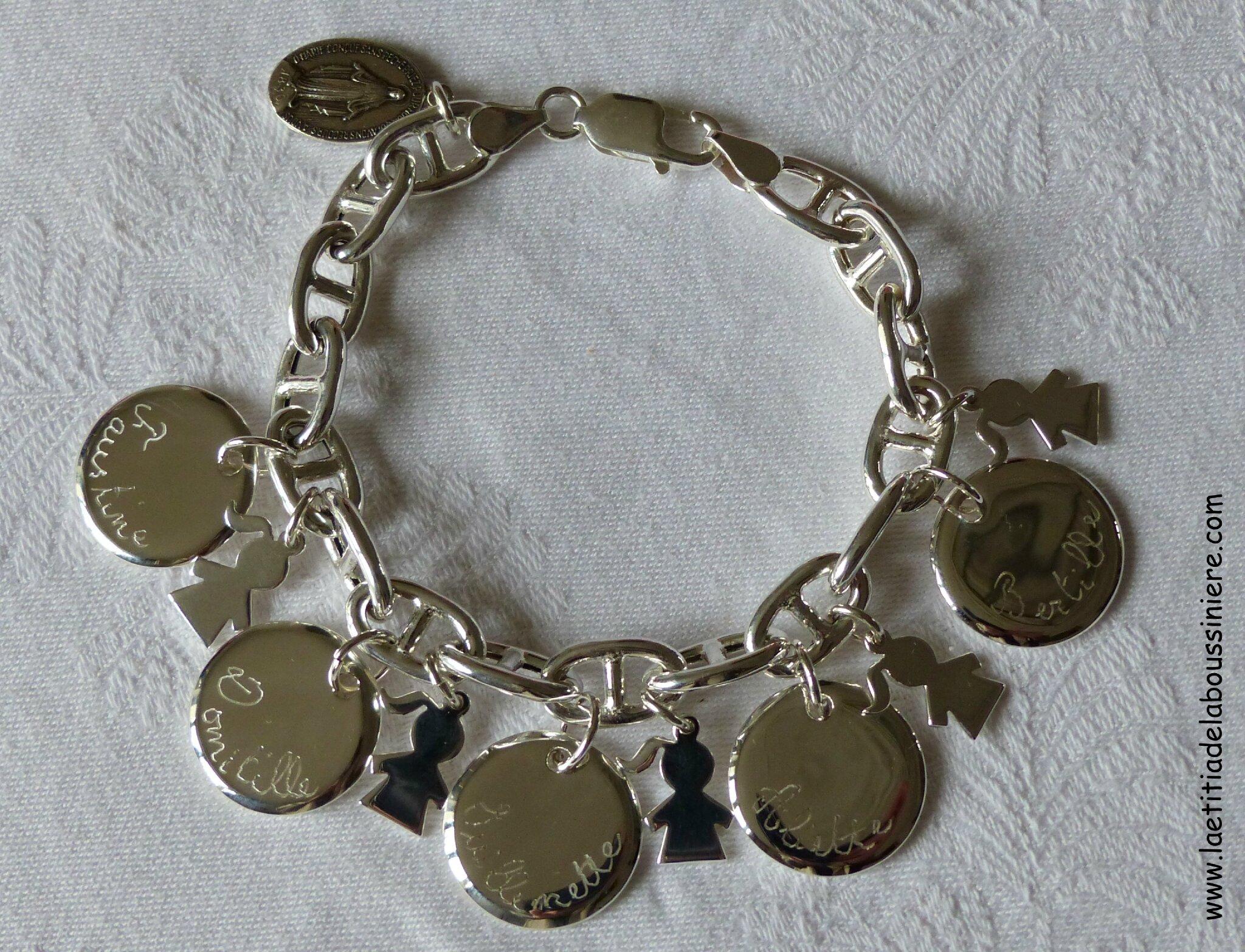 Bracelet sur chaîne maille marine en argent massif composé de 5 médailles en argent massif bombées et gravées, et 5 mini breloques fillettes en argent massif